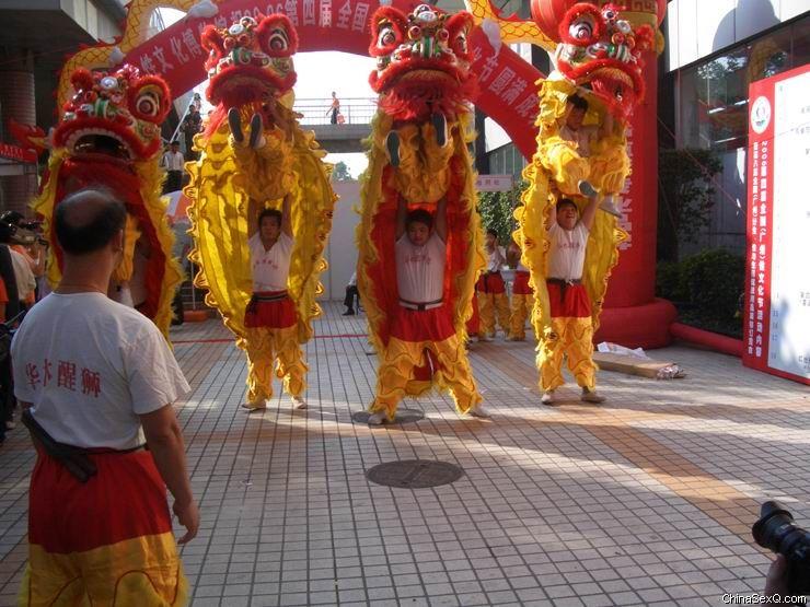 舞狮吸引了场内场外大量观众