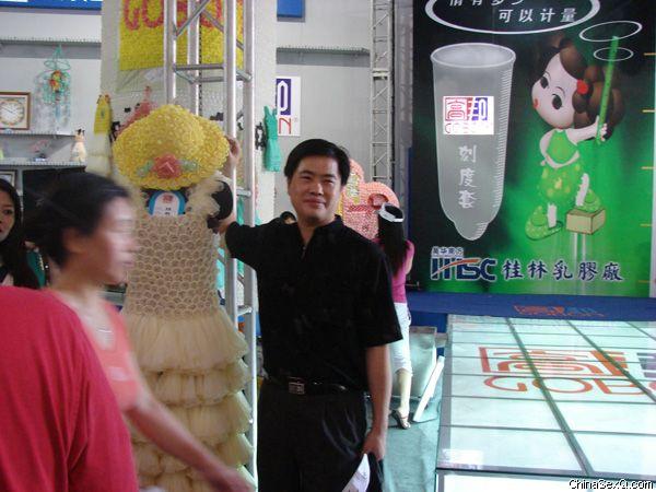 参观者在安全套衣服前拍照