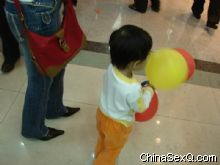 经常可以看到展厅内家长带着的小孩子