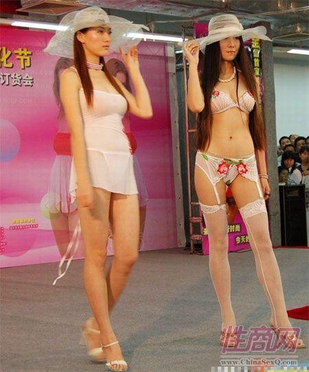 某品牌情趣内衣秀站台上的模特