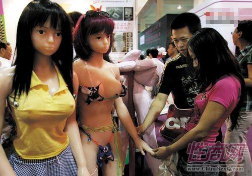 参会商家触摸充气娃娃,感受娃娃的材质和触感