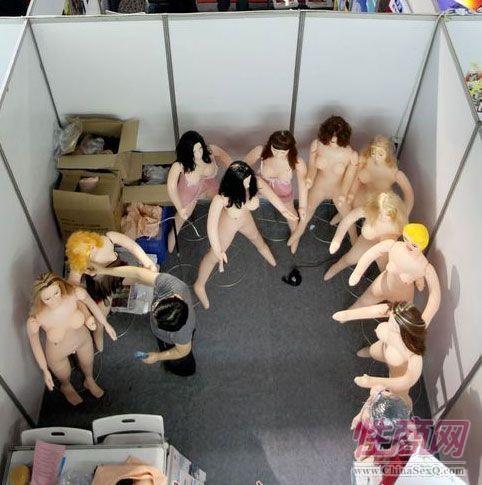 某充气娃娃参展商的展位上摆放多款样品