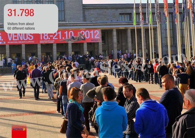 柏林成人展展馆外排队入场的观众