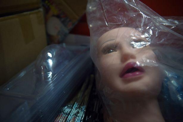 """外出务工的孤独,男子揭示实体娃娃与""""花天酒地""""的忠诚对垒"""
