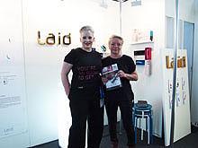 Laid 的展台工作人员手拿《性商·海外版》