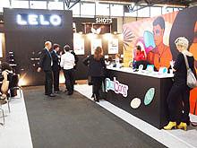 LELO的展台前工作人员和游客交谈着