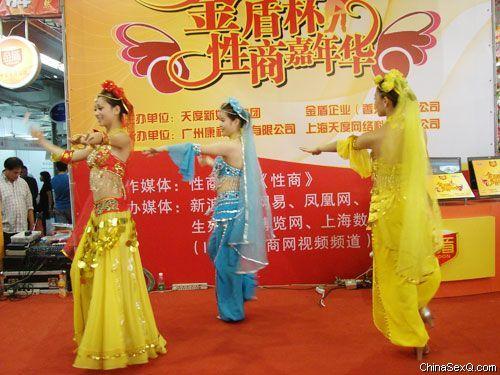 美女舞蹈表演为活动助威