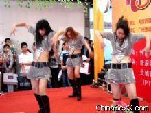 活动上的劲舞表演