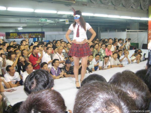 情趣内衣模特走秀,观众情绪掀起高潮