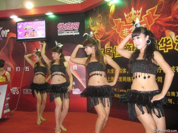 舞蹈演员性感热舞吸引大量观众