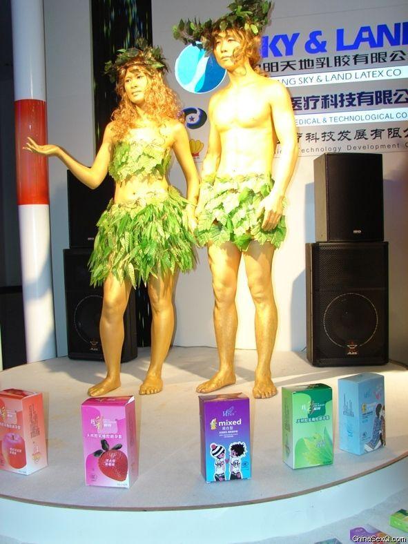模特身着特制树叶服装