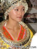 身着少数民族服装的靓丽模特