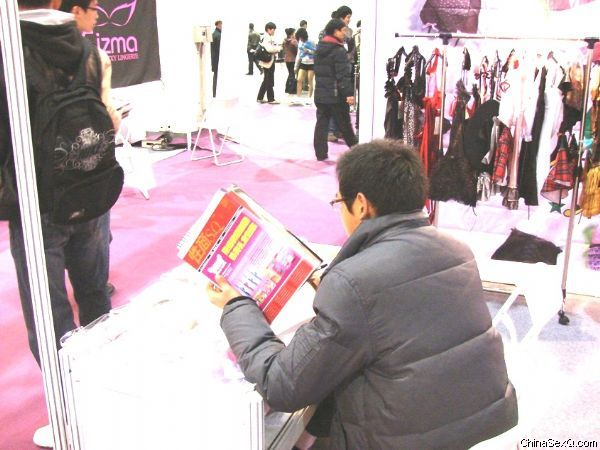 《性商》工作人员将最新的期刊发到每一家展商的手中