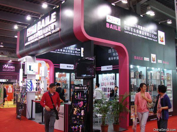 展商展台华丽而风格各异,体现企业的文化内涵与产品特色