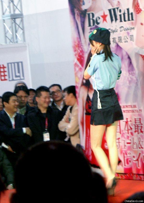 模特在T台展示日本情趣制服