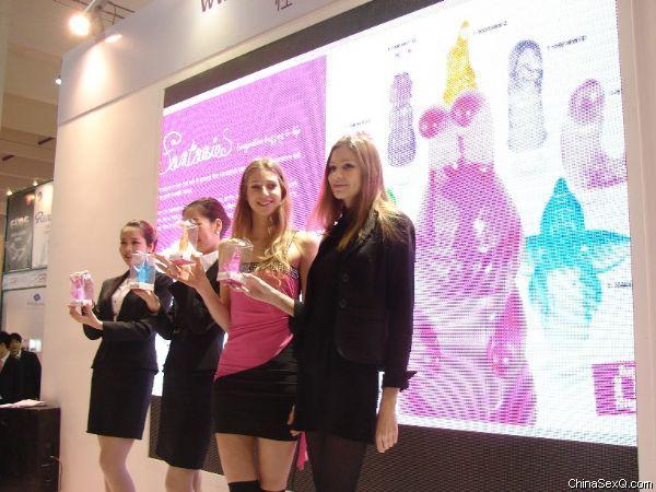 参展商邀请外国靓丽模特表演,打造高端产品形象,彰显企业实力