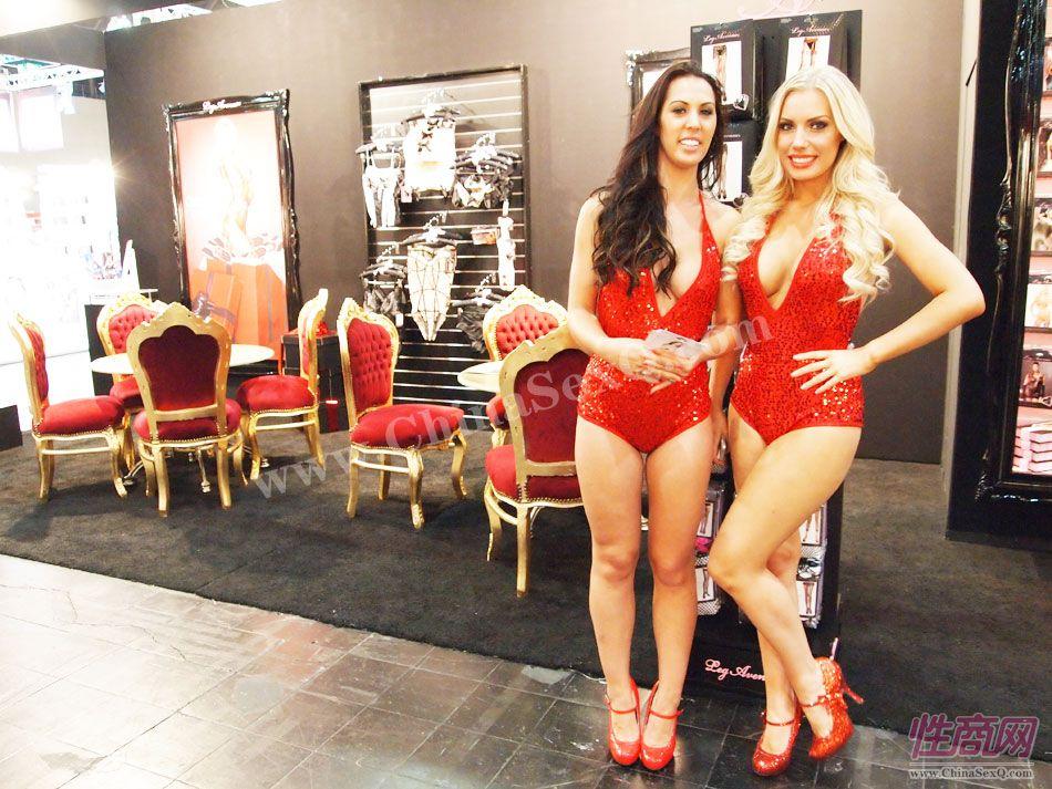 展会现场的红衣性感模特