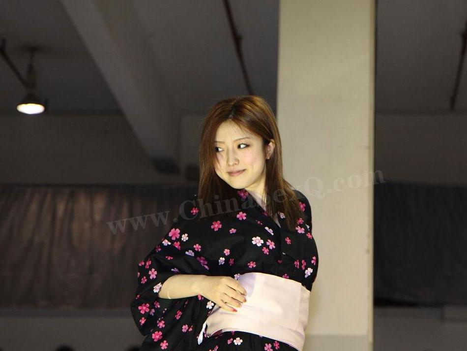 羽田爱身穿深色和服展示TENGA器具