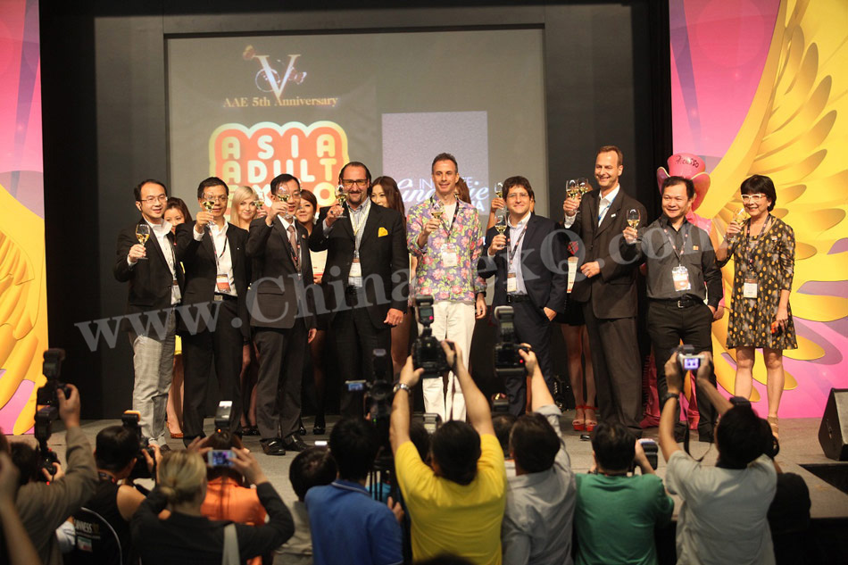 2012澳门亚洲成人博览酒会上,组委会与嘉宾合影