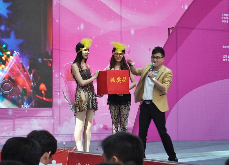 头戴情趣面具的美女模特参与抽奖活动