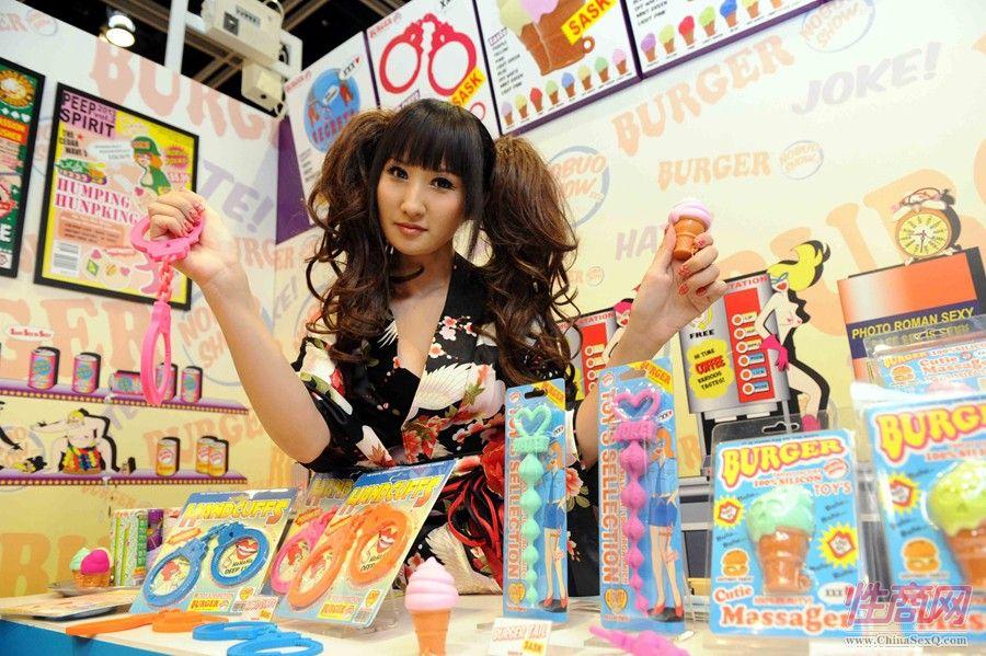 不少参展商展出不少性用品,例如平价版仿真人的吹气娃娃。虽然只容许业界人士进场,但预期仍带动不少人潮。