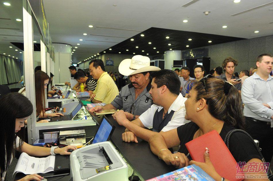 参展观众在展馆入口排队办理入场证件