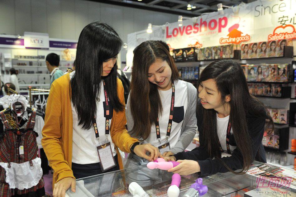 情趣用品已经加上时尚标签,众多年轻女性参观亚洲成人博览