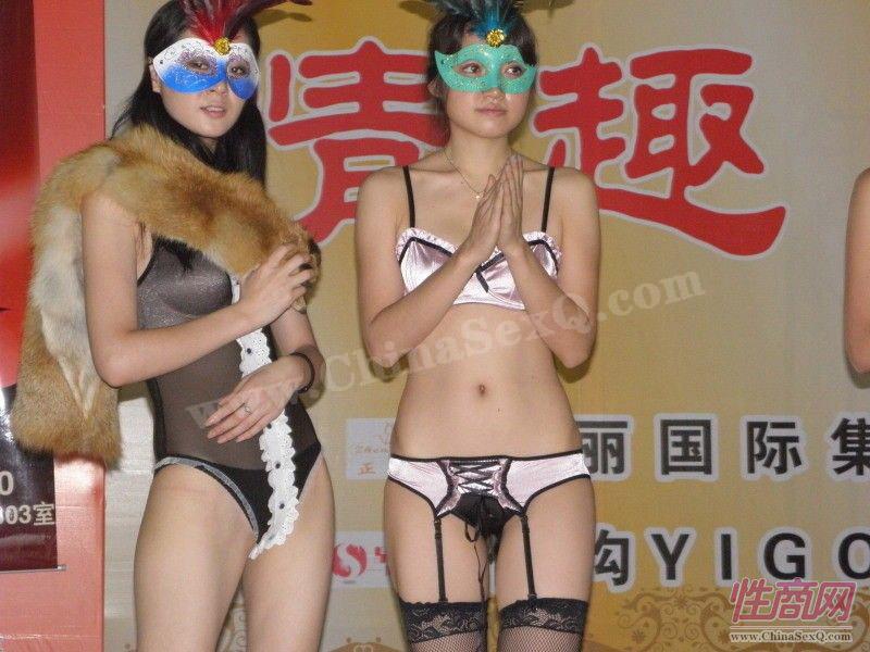 两位模特戴着情趣面具,性感神秘