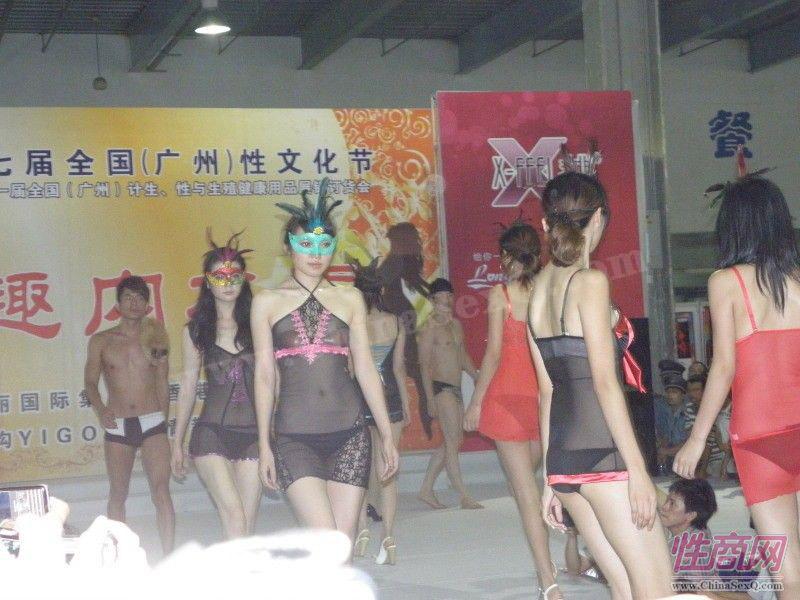 所有参加演出的模特登台