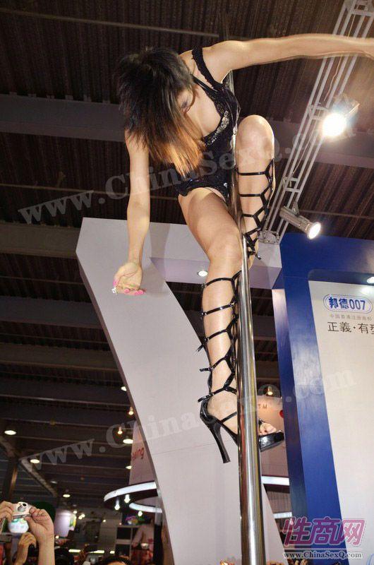 2012广州性文化节――性感钢管舞表演图片3