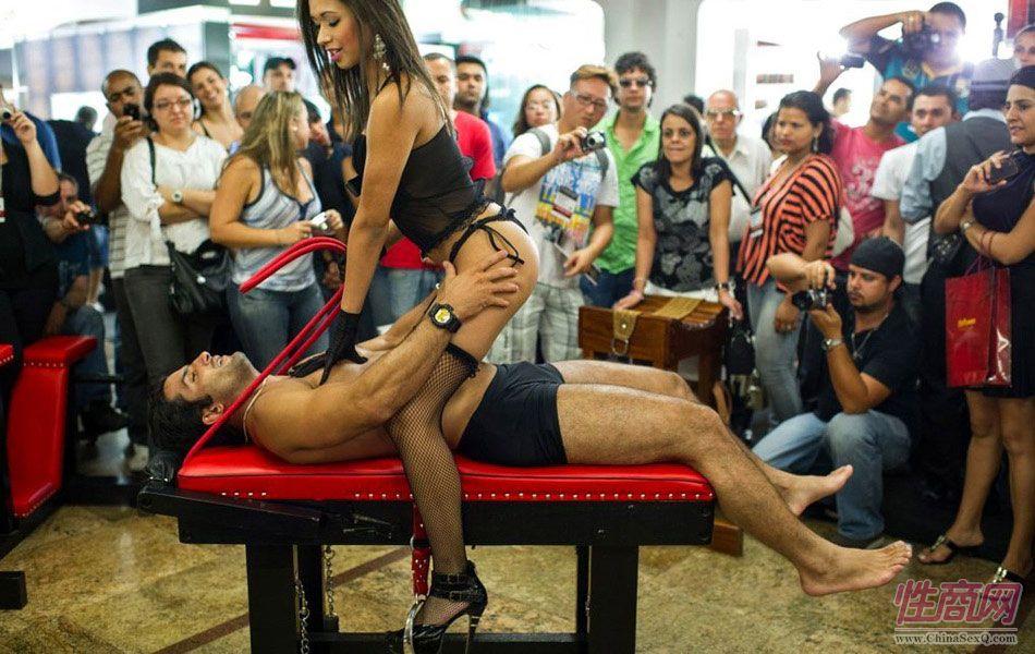 男女模特裸身助阵巴西成人展 示范性爱动作引高潮图片2
