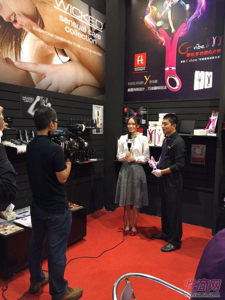 性商网美女记者采访参展商枕边游戏