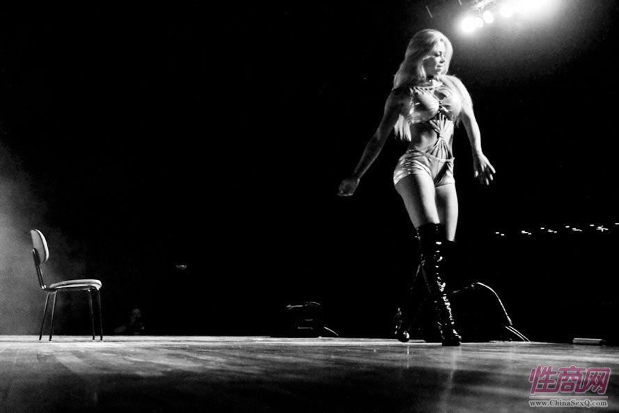 2013巴西圣保罗成人展现场精彩舞台表演图片3
