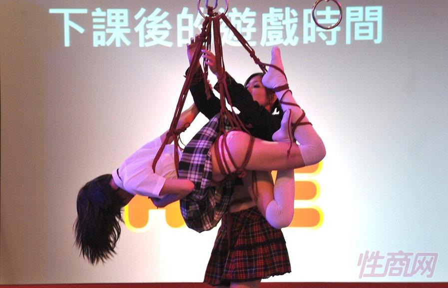 亚洲成人博览现场的绳缚术表演