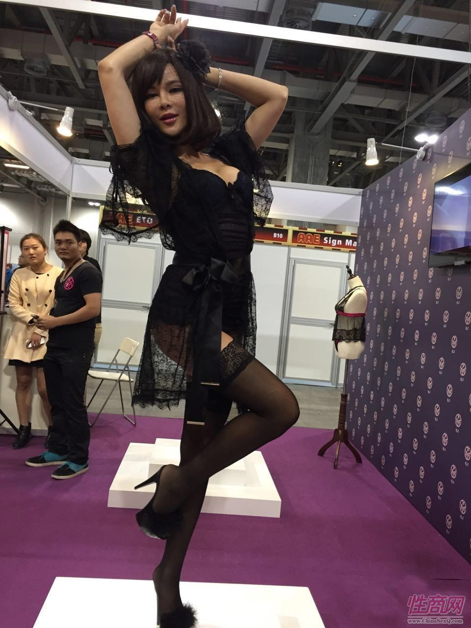 模特展示参展商的情趣内衣
