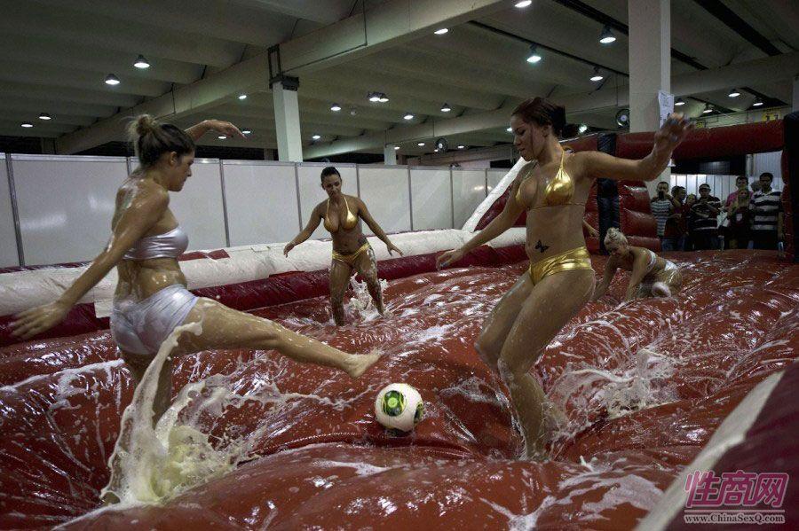 巴西圣保罗成人展图片报道包含足球元素图片2