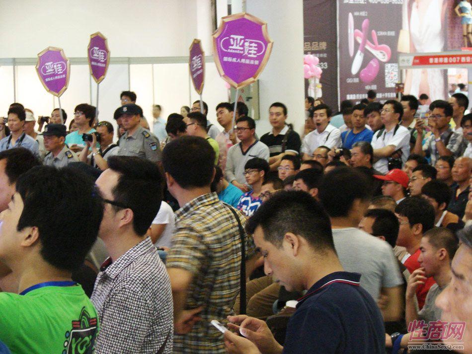 情趣内衣秀现场吸引大量观众