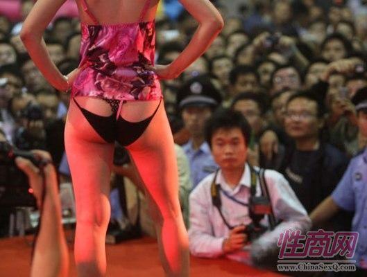 情趣内衣秀吸引众多观众