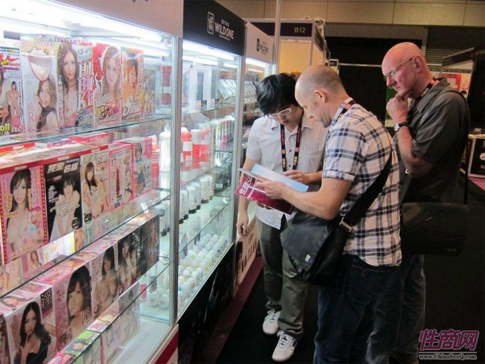 国外采购商向展商咨询《性商》上的最新款产品