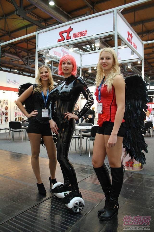 组委会的两位女模特戴这天使翅膀