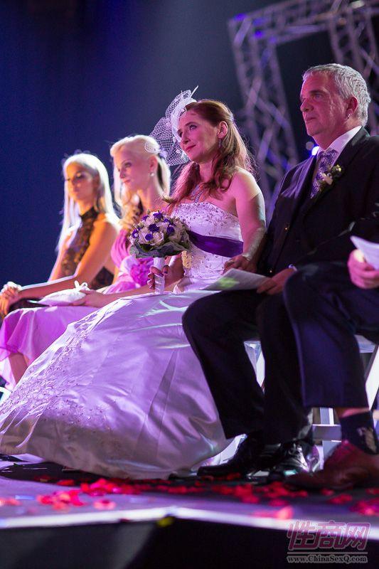 2015德国柏林成人展现场为新人举行婚礼图片2