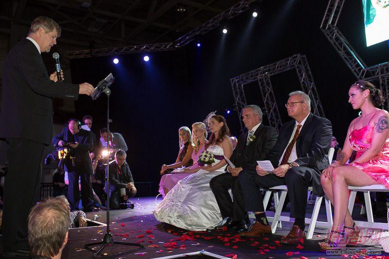2015德国柏林成人展现场为新人举行婚礼图片1