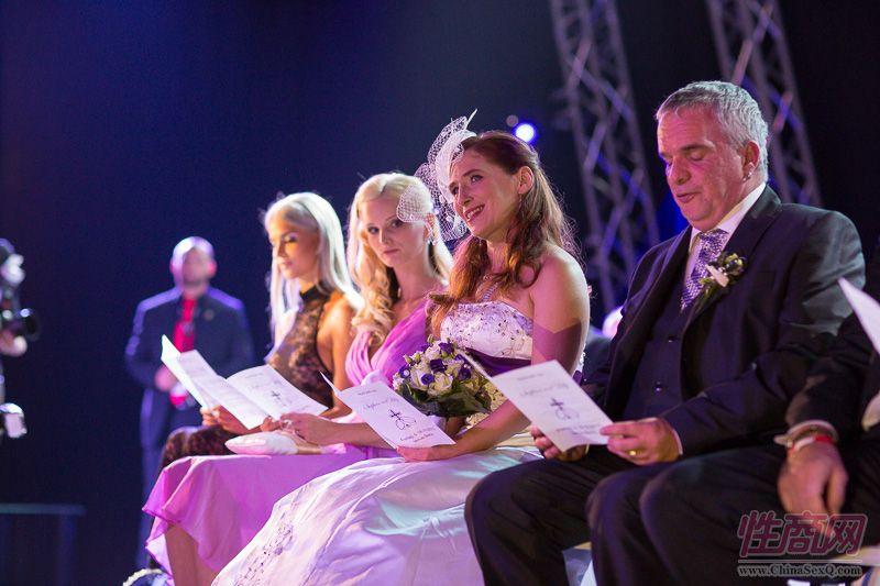 2015德国柏林成人展现场为新人举行婚礼图片5