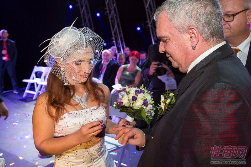 2015德国柏林成人展现场为新人举行婚礼图片19