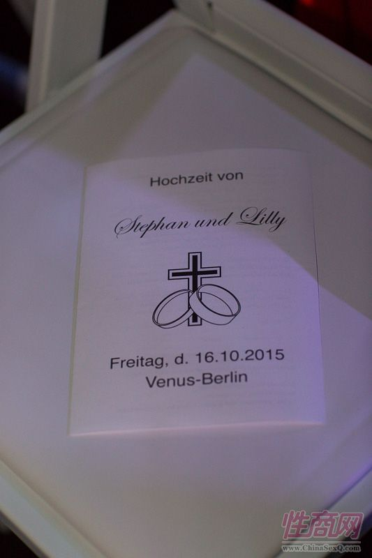 2015德国柏林成人展现场为新人举行婚礼图片24