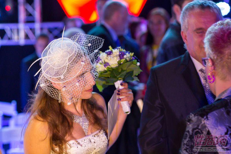 2015德国柏林成人展现场为新人举行婚礼图片30