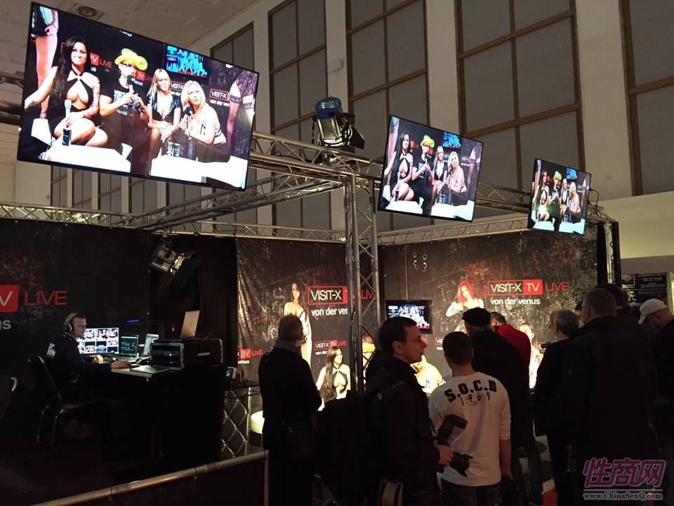 现场电视直播,展会现场的电视屏幕上可看到直播视频