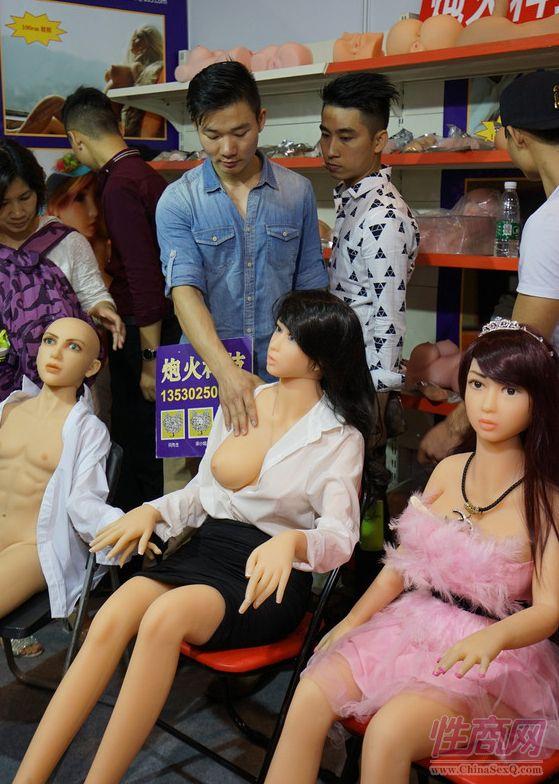有观众触摸硅胶实体娃娃的触感:还不错哦!