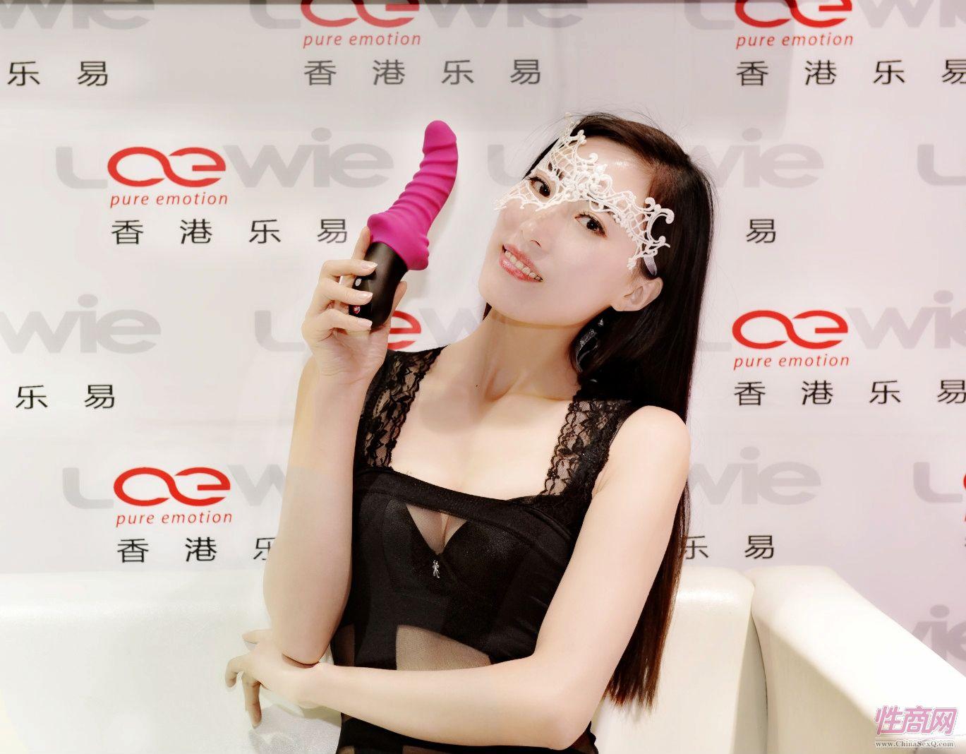 性感模特展示香港乐易公司的振动棒