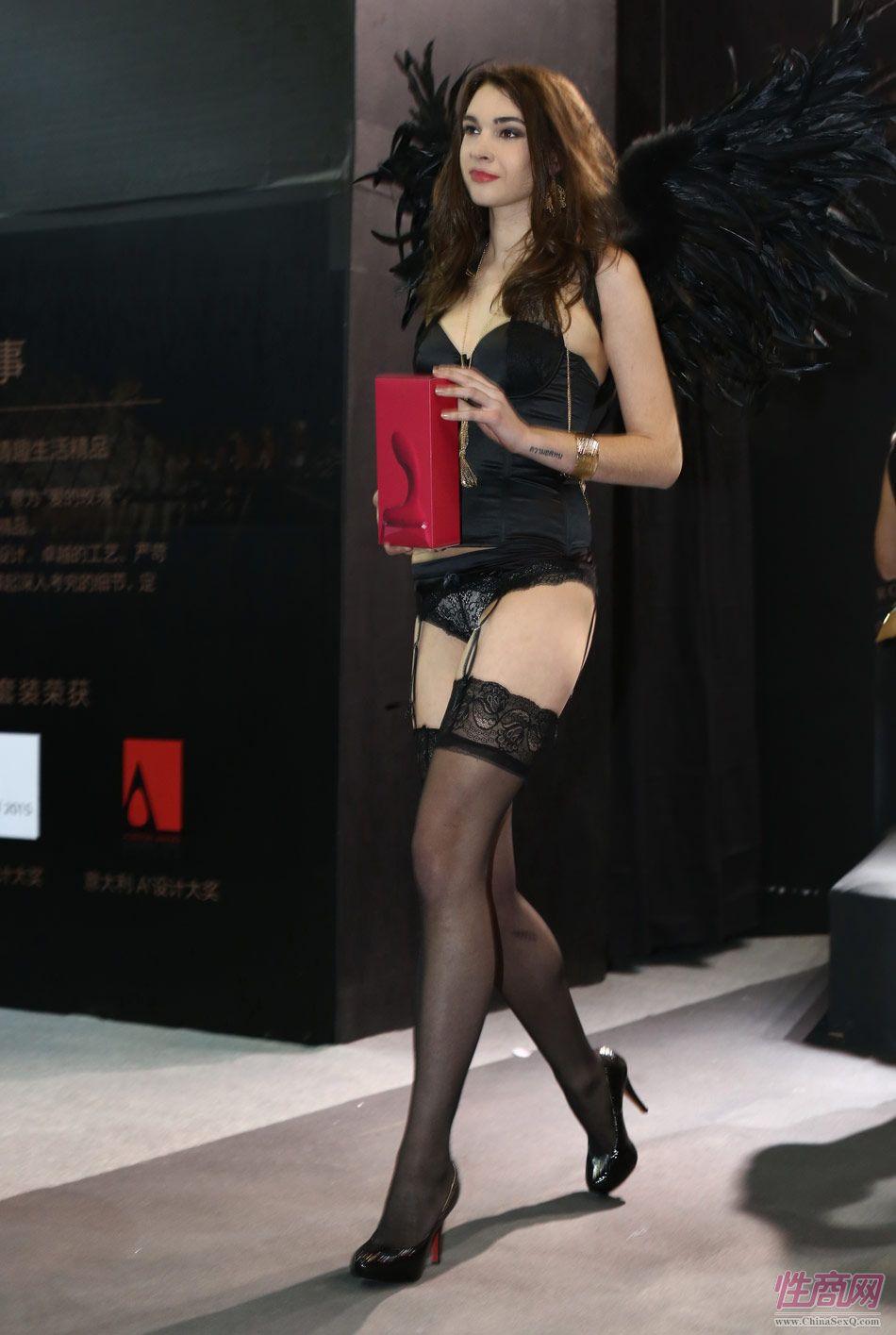 性商网美女记者带你看2015年上海成人展图片35